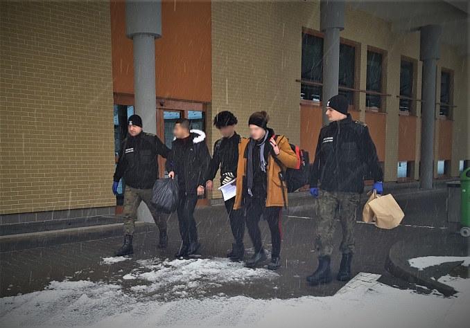 Nielegalni imigranci zatrzymani na granicy z Ukrainą. Za przerzut do UE zapłacili po 1200 euro /zdj. Bieszczadzki OSG /Straż Graniczna