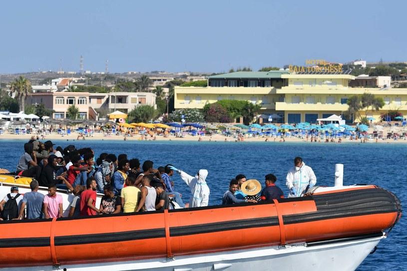 Nielegalni migranci u brzegów Lampedusy. /ALBERTO PIZZOLI/APZ /AFP