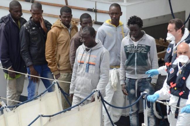 Nielegalni uchodźcy uratowani przez włoską straż przybrzeżną, zdj. ilustracyjne /MARCO COSTANTINO /PAP/EPA