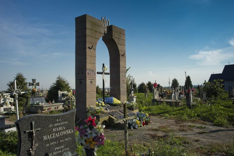 Nielegalnie wzniesiony pomnik UPA na cmentarzu w Hruszowicach /Waldek Sosnowski  /Agencja FORUM