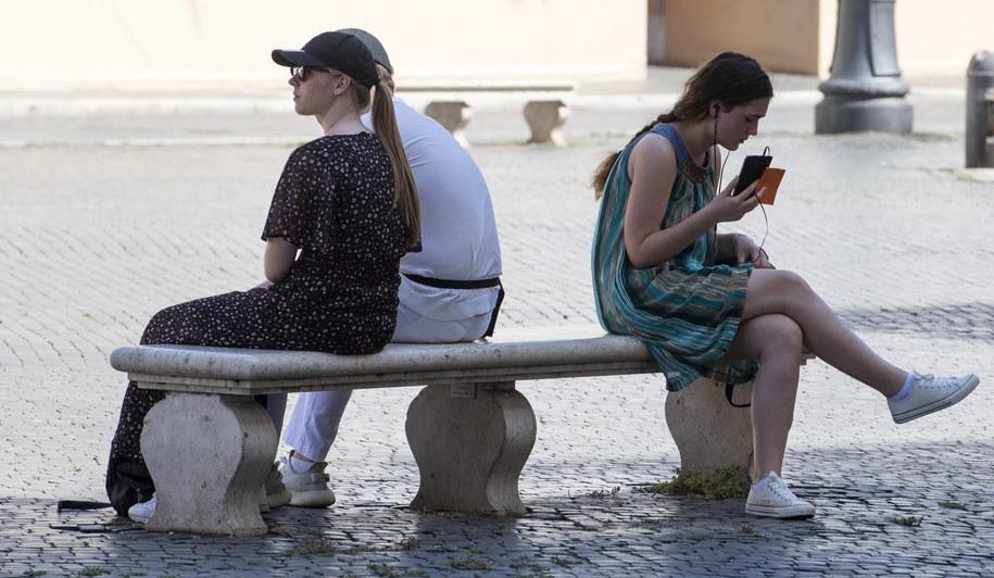 Niemal 40 proc. Włochów z trudem dostosowuje się do wymogów sanitarnych /MAURIZIO BRAMBATTI /PAP/EPA