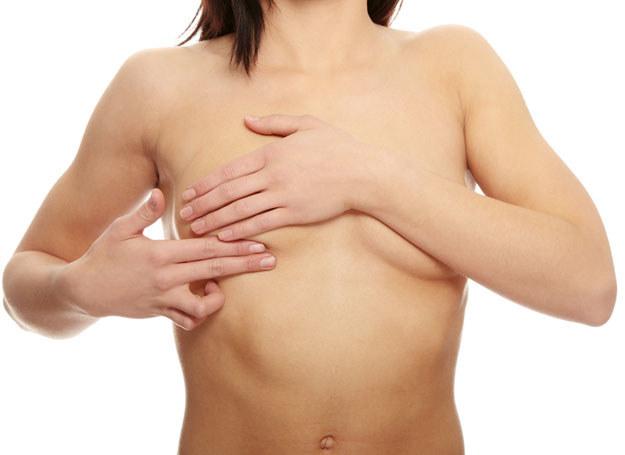 Niemal 80 proc. guzków w piersiach wykrywamy u siebie same /© Panthermedia