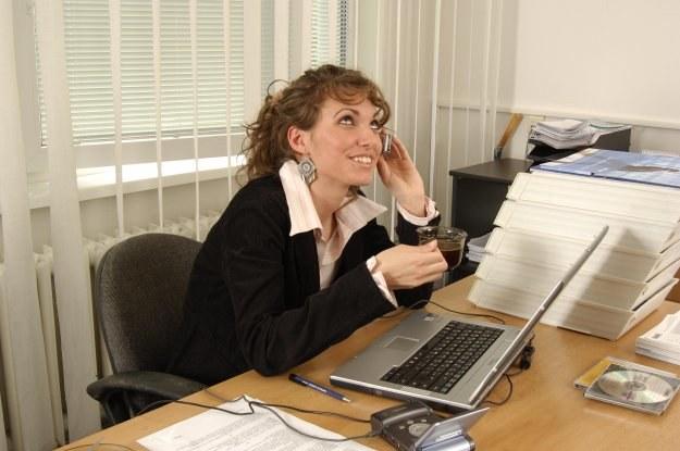 Niemal co trzeci badany przeznacza ponad 45 minut każdego dania pracy na własne sprawy /© Bauer