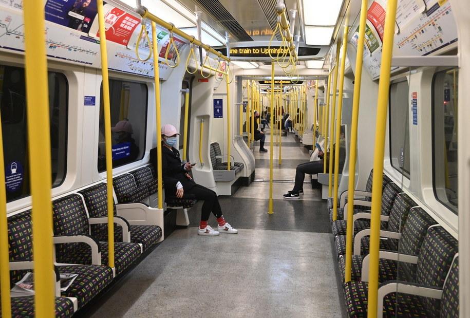 Niemal puste londyńskie metro /FACUNDO ARRIZABALAGA /PAP/EPA