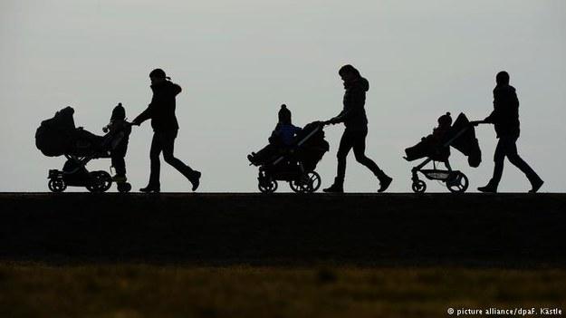 Niemcy chcą uchwalić ustawę o obniżeniu zasiłku na dzieci dla obcokrajowców z UE /Deutsche Welle