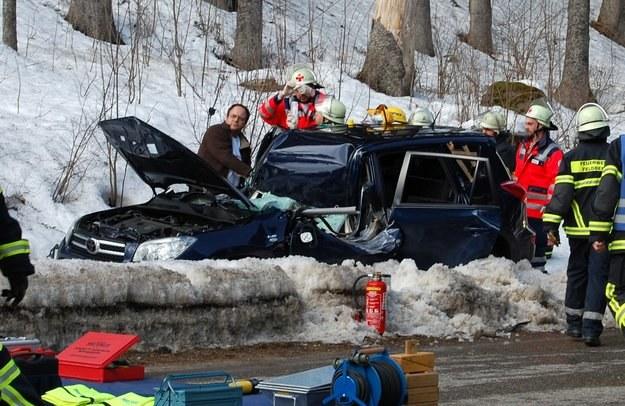 Niemcy: Kierowca tego auta nie miał szans na przeżycie /AFP