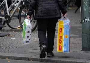 Niemcy: Klienci znów ruszyli do sklepów. Z półek znika papier toaletowy