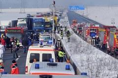 Niemcy: Około 25 rannych w karambolu na autostradzie