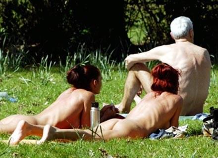 Niemcy, park w centrum Berlina. Nagie tyłki, który nie budzi kontrowersji... /AFP