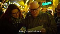 Niemcy śpiewają polskie kolędy i życzą nam wesołych świąt.