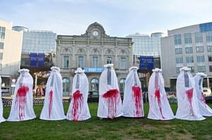 """""""Nieme szaty królowej"""". Demonstracja przed Parlamentem Europejskim"""