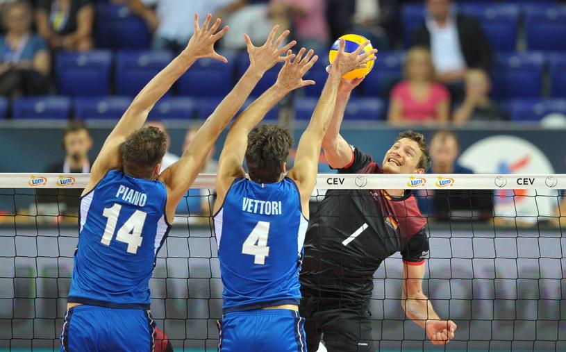 Niemiec Christian Fromm oraz Matteo Piano i Luca Vettori z Włoch podczas meczu grupy B mistrzostw Europy /Marcin Bielecki /PAP