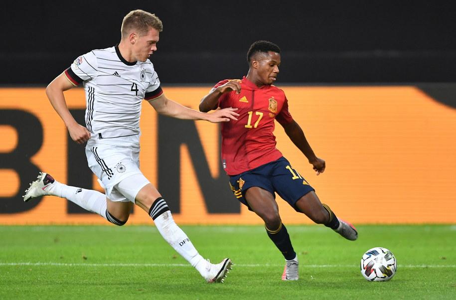 Niemiec Matthias Ginter i Hiszpan Ansu Fati w hicie pierwszej kolejki piłkarskiej Ligi Narodów /Philipp Guelland /PAP/EPA