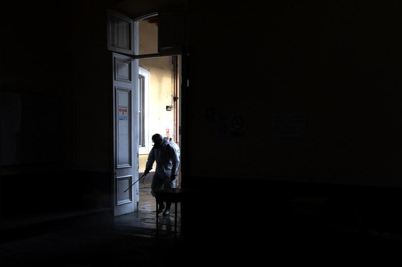 Niemieccy badacze podkreślają, że koronawirus jest o wiele bardziej niebezpieczny w pomieszczeniach /Angela Ponce  /Getty Images
