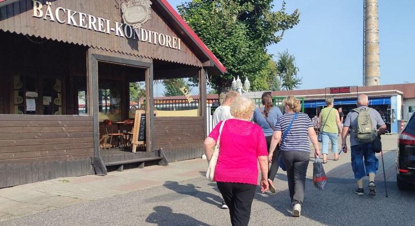Niemieccy emeryci chętnie odwiedzają polskie bazary.  Fot. Mateusz Madejski/WP /