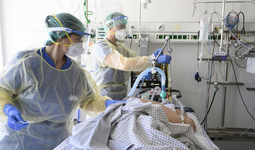 Niemieccy lekarze zajmują się chorym na COVID-19; zdj. ilustracyjne /AFP