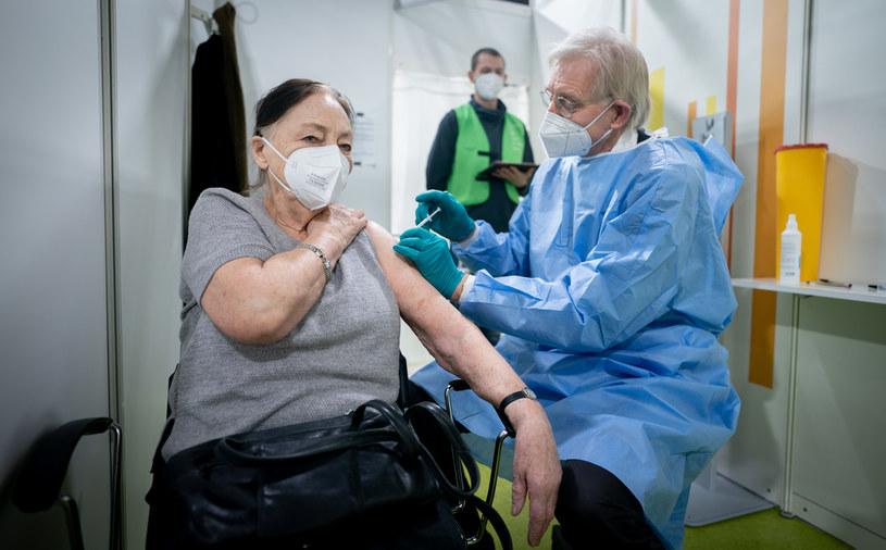 Niemieccy naukowcy: Zgony po szczepieniach na COVID-19 nie wynikają raczej z efektów ubocznych /Kay Nietfeld / POOL / AFP /AFP