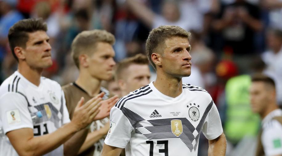 Niemieccy piłkarze na czele z Thomasem Muellerem po sensacyjnej porażce z Meksykiem /Felipe Trueba /PAP/EPA