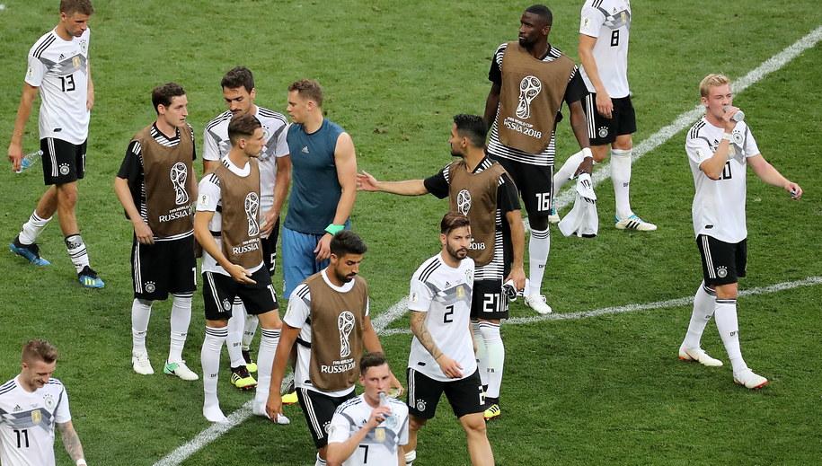 Niemieccy piłkarze po porażce z Meksykiem /ZURAB KURTSIKIDZE /PAP/EPA