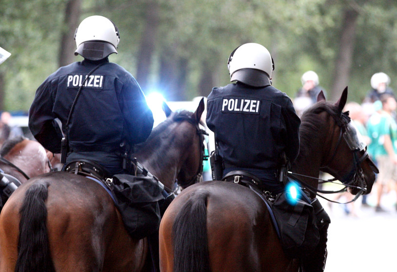 Niemieccy policjanci eskortują zmierzających na stadion kibiców /AFP