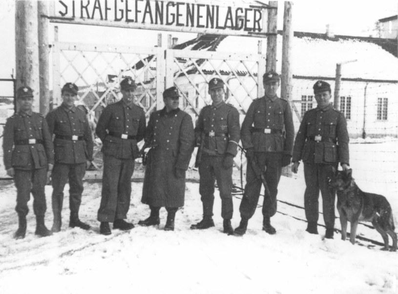 Niemieccy strażnicy przed bramą obozu w Falstad /INTERIA.PL/materiały prasowe