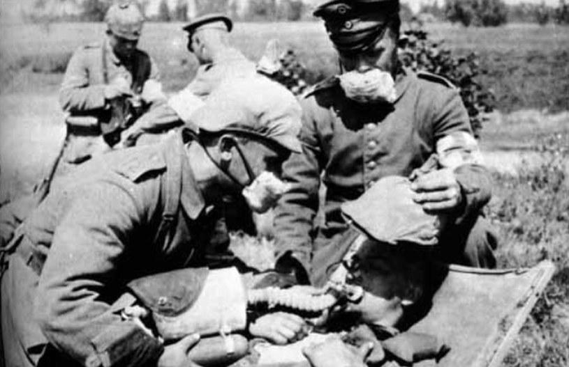 Niemieccy żołnierze w pochłaniaczach używanych w przemyśle chemicznym. Tak wyposażeni chemicy ruszyli do pierwszych ataków gazowych /Bundesarchiv /domena publiczna