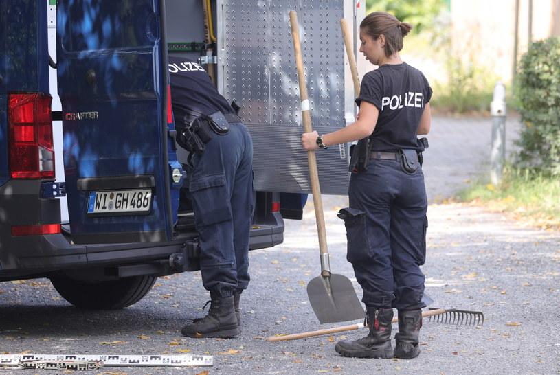 Niemiecka policja w trakcie przeszukiwania działki, na której mieszkał Christian B. natrafiła na ukrytą piwnicę. /Friedemann Vogel /PAP/EPA