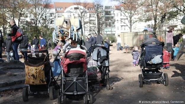 Niemiecka prasa opisuje, jak w RFN zorganizowane grupy przestępcze wyłudzają od państwa zasiłek na dzieci /Deutsche Welle