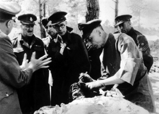 Niemiecki lekarz bada zwłoki jednej z ofiar zbrodni katyńskiej. 1943 rok /PAP/CTK