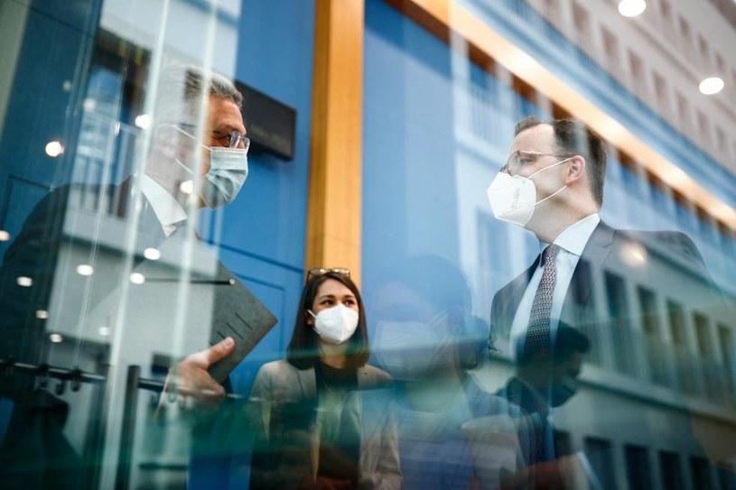 Niemiecki minister zdrowia Jens Spahn (z prawej) rozmawia z przedstawicielami Instytutu im. Roberta Kocha /HANNIBAL HANSCHKE / POOL /AFP