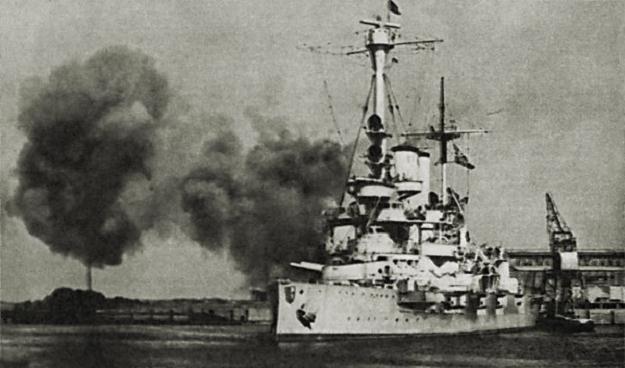 Niemiecki pancernik Schleswig Holstein ostrzeliwuje Westerplatte; reprodukcja: Marek Skorupski /Agencja FORUM