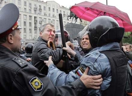 Niemiecki poseł Volcker Beck wsparł w zeszłym roku rosyjskich gejów. Skutki widać na jego twarzy... /AFP