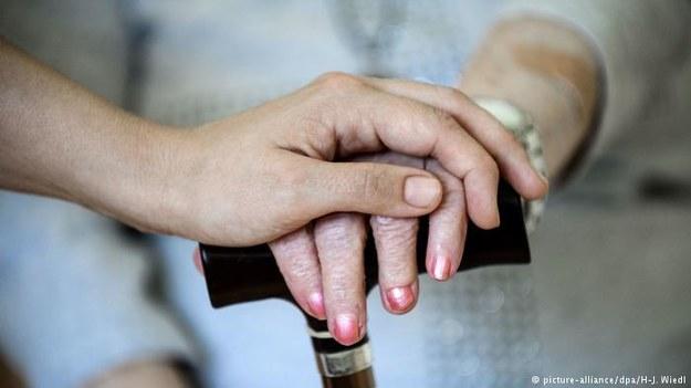 Niemiecki rząd chce przyciągnąć do Niemiec personel opiekuńczy dla seniorów. Służyć temu mają m. in. znaczne podwyżki /Deutsche Welle