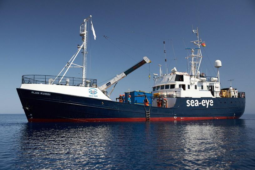 Niemiecki statek Alan Kurdi, który miał na pokładzie 65 migrantów uratowanych na Morzu Śródziemnym. Pomimo zakazu chciał ich wysadzić na włoskiej wyspie Lampedusa /PAP/EPA