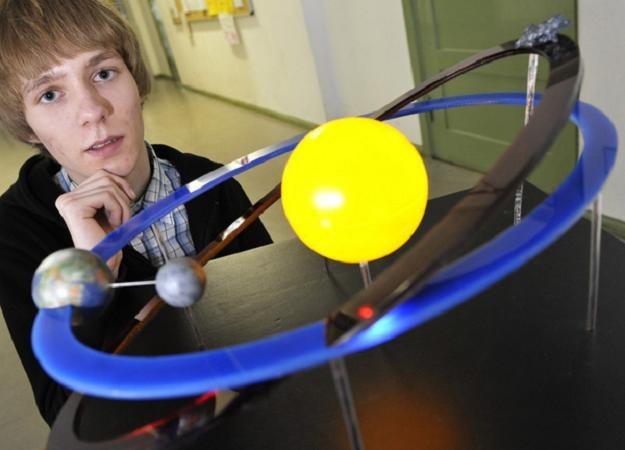 Niemiecki uczeń prezentuje model asteroidy Apophis /AFP