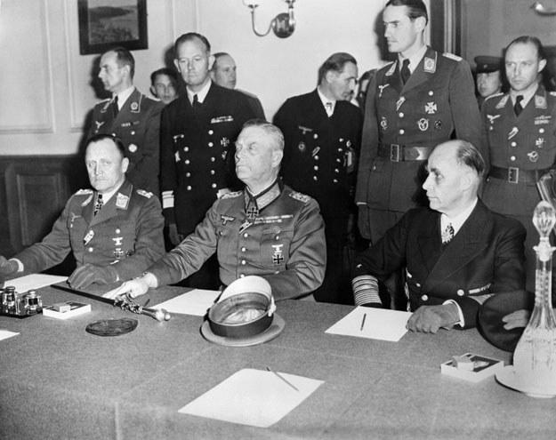 Niemieckie dowództwo podpisuje akt bezwarunkowej kapitulacji (od lewej generał lotnictwa Hans-Juergen Stumpff , feldmarszałek Wilhelm Keitel i admirał Hans-Georg von Friedeburg) /AFP