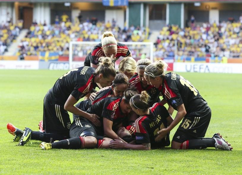 Niemieckie piłkarki cieszą się z gola /AFP