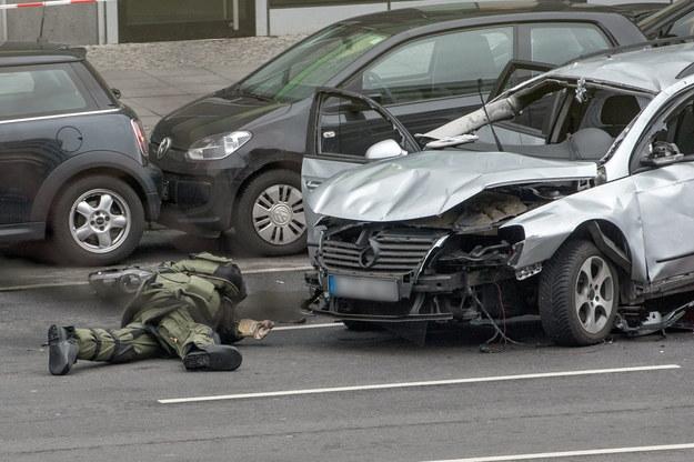 Niemieckie służby sprawdzają samochód /PAUL ZINKEN  /PAP/EPA