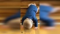 Niemowlak znalazł swój sposób na zejście po schodach