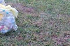 Nienaruszone jedzenie leży w błocie w Brzegach. Caritas: Nie da się wszystkiego zabezpieczyć