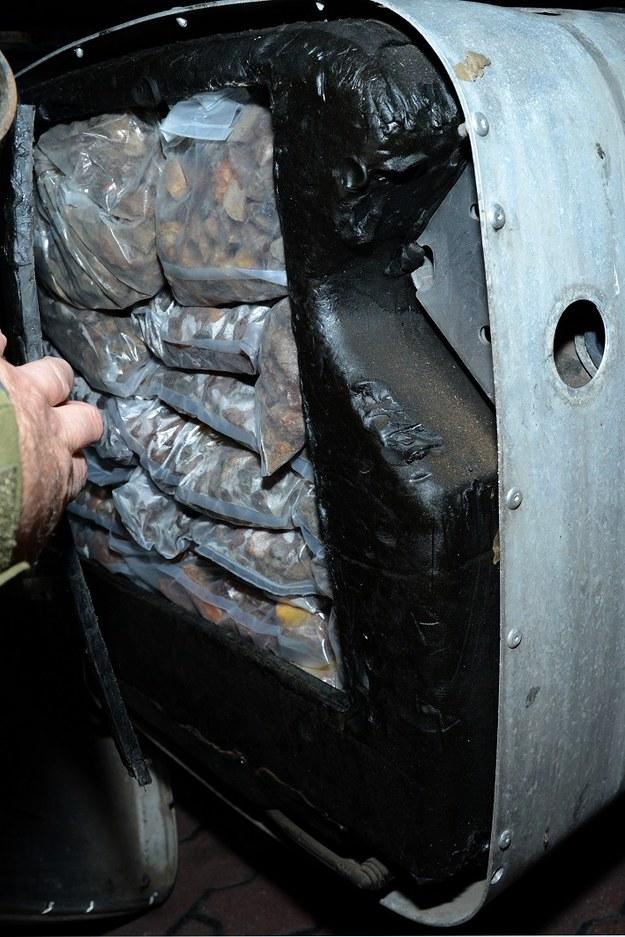 Nieobrobiony bursztyn został ukryty w zbiorniku paliwa /Straż Graniczna