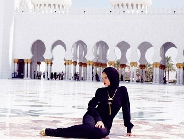 Nieodpowiednia poza Rihanny przed meczetem /