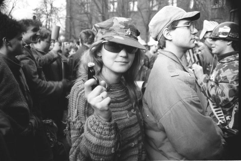 """""""Nieodpowiedzialni"""" studenci demonstrują przeciwko obecności w Polsce Armii Czerwonej i godzą w przyjaźń ze Związkiem Radzieckim - 23 lutego 1989 r. /Andrzej Stawiarski /Archiwum autora"""