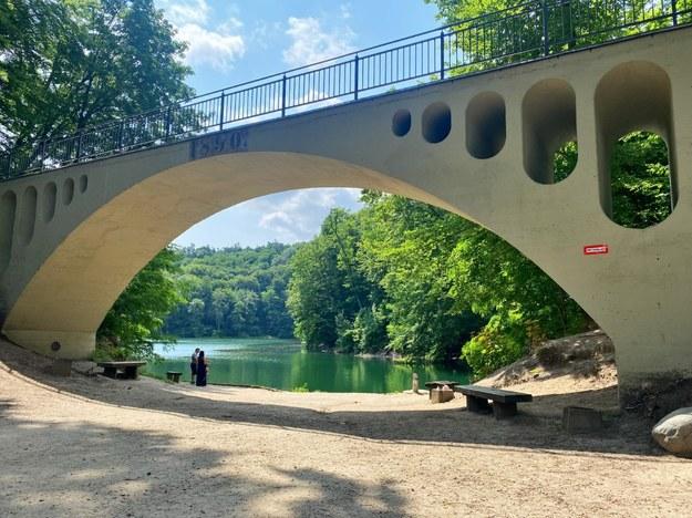 Nieopodal brzegu jeziora wznosi się betonowy mostek, pozostałość po torowisku wywożącej urobek kolejki /Aneta Łuczkowska /RMF FM