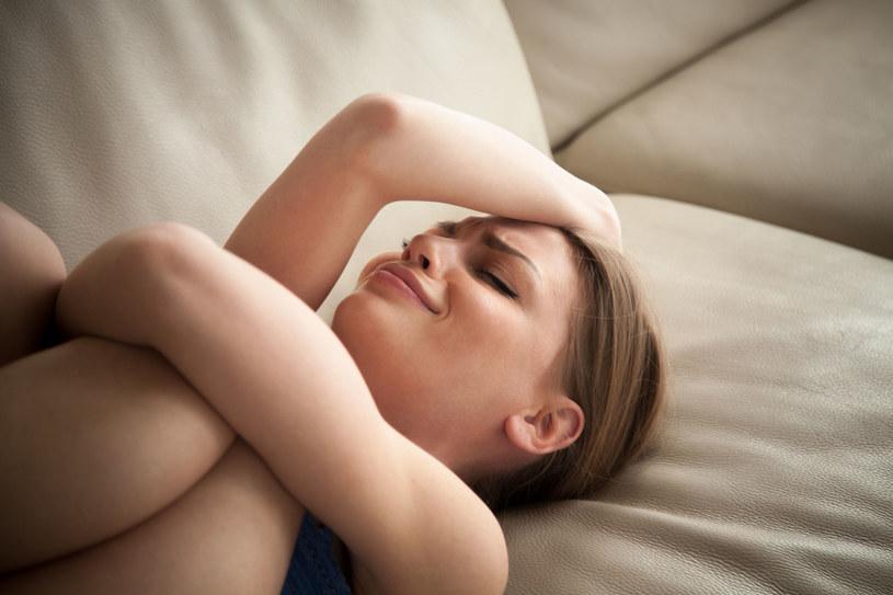 Nieostrożne lub nieprzemyślane słowa mogą dotknąć kobietę, która i tak zmaga się z własnymi lękami /123RF/PICSEL
