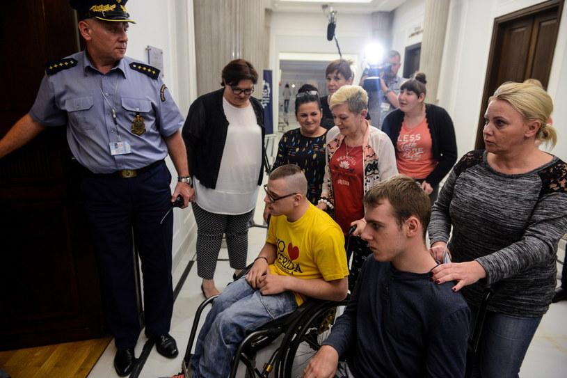 Niepełnosprawni i ich opiekunowie w drodze na spotkanie z przedstawicielami rządu /Jakub Kamiński   /PAP