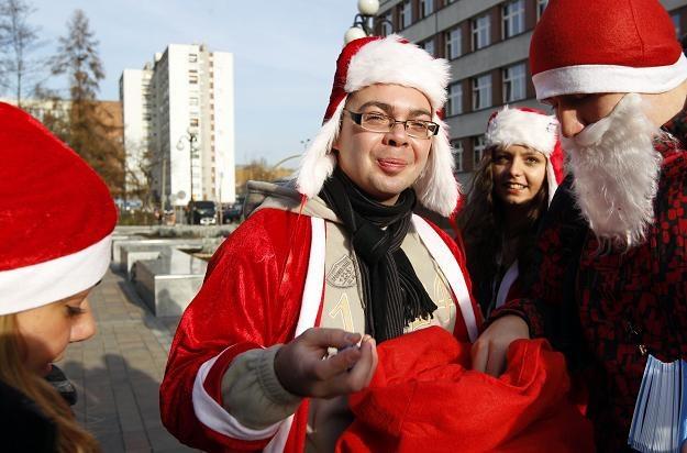 Niepełnosprawni studenci rozdawali prezenty / fot. Andrzej Grygiel /PAP