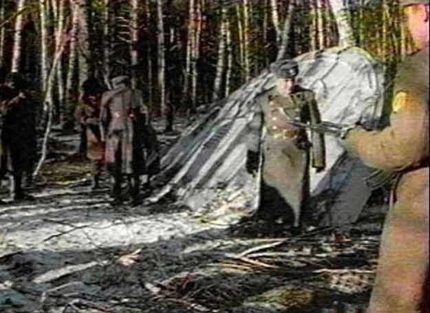 Niepewnego pochodzenia zdjęcia dokumentujące przejęcie rozbitego UFO przez radzieckich żołnierzy /MWMedia