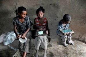 Niepiśmienne, etiopskie dzieci hakują tablety