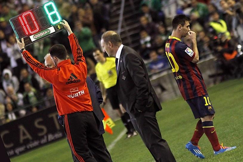 Niepocieszony Lionel Messi opuszcza boisko w meczu z Betisem /PAP/EPA